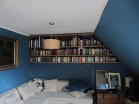 Bücherbord über Couch - 1