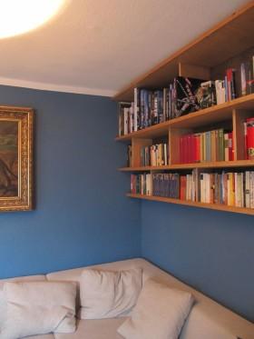 Bücherbord über Couch - 2